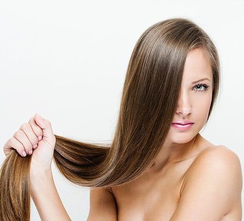 Femme avec des cheveux lisses
